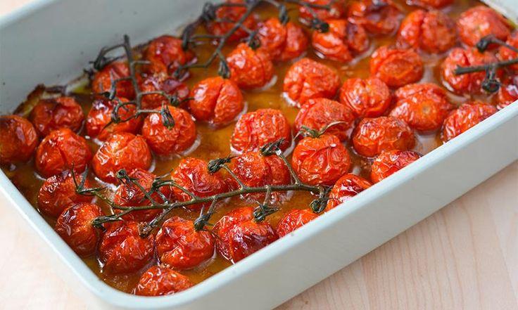 Verdens beste tomatsaus lager seg faktisk selv mens du er på jobb. Ha cherrytomater, olje og krydder i ovnen, og tomatsausen er klar når du kommer hjem!