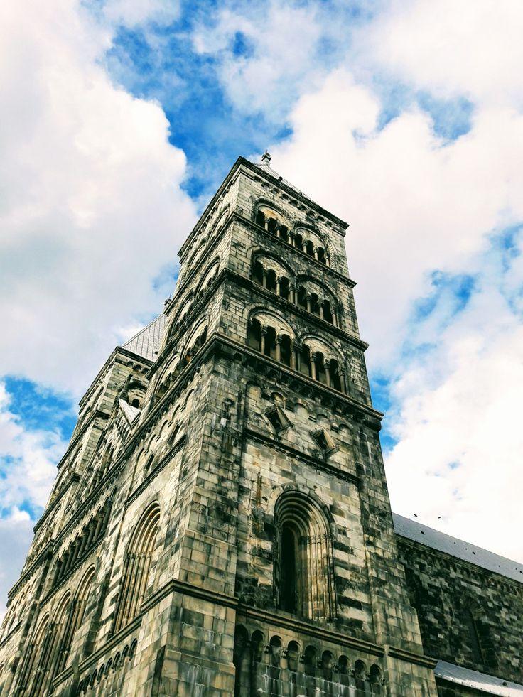 Domkyrkan i Lund reser sig ståtligt mot en vacker himmel.