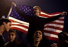 20-Apr-2013 10:53 - IN BEELD: OPLUCHTING, EUFORIE EN VEEL AMERIKAANSE VLAGGEN. USA, USA, they will never beat us. Deze leus klinkt door Boston nadat de politie bekendmaakte dat de jacht op de tweede verdachte van de aanslagen voorbij was. Er was opluchting, er was euforie.