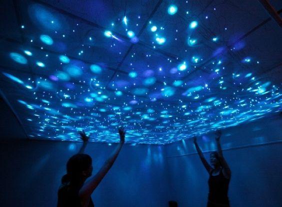 Swimming in a glowing, esperienza immersiva subacquea tra le meduse.Instalalzioen itnerattiva dell'artista Takahiro Matsuo. http://virtualmentis.altervista.org/