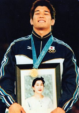 Kosei Inoue with a picture of his late mother @ the 2000 Olympics