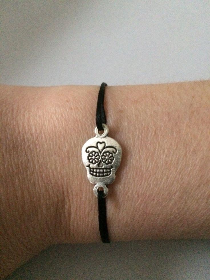Bracelet cordon noir et tête de mort mexicaine métal argenté : Bracelet par chezchris