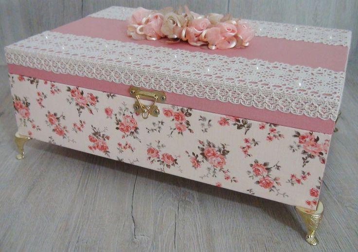 Caixa em MDF pintada com tinta PVA revestida com tecido 100% algodão. Apliques em renda, chatons pérola e flores de cetim e organza. Peça com pezinhos em metal para proteção.