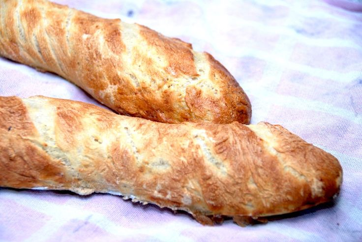 Lækre franske flutes - eller baguettes - der bliver knasende sprøde, hvis du pensler dem med vand under bagningen. Foto: Guffeliguf.dk.