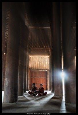 In het moment moest ik snel beslissen: zorg ik dat de zon net verscholen is tussen de pilaren, of laat ik 'm er tussen door schijnen....Achteraf blij met mijn beslising. Bagan, Myanmar. Door communitylid MarinkaMasseus - NG FotoCommunity ©