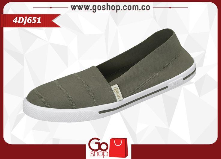 Zapato causal cerrado color castor (gris) de material textil y sintético, capellada a un solo tono con costuras y resorte al calzar proporcionando mayor agarre; ideal para las mujeres elegantes y descomplicadas