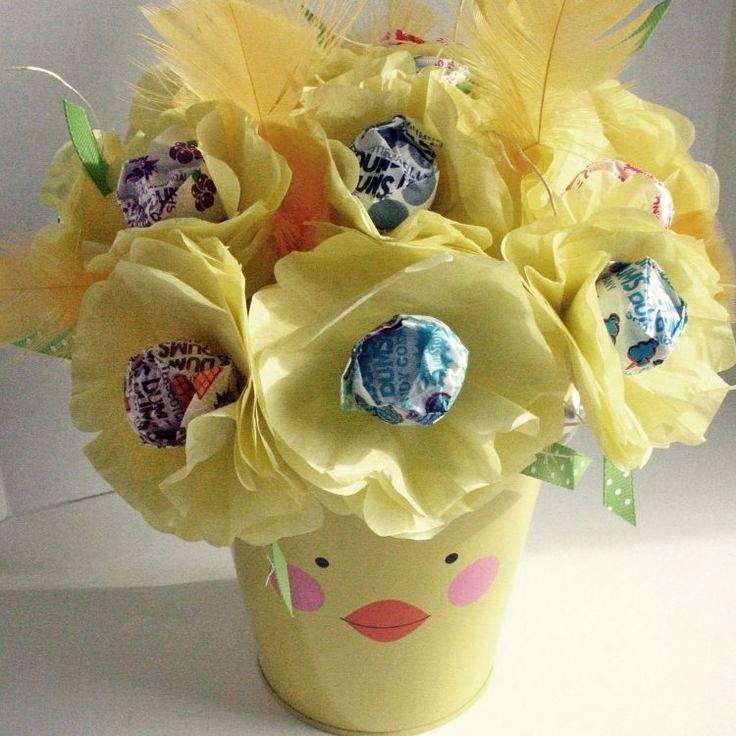 Blumen aus Lutscher und Seidenpapier basteln