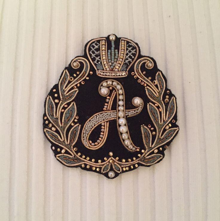 Брошь монограмма в подарок для девушки, чьё имя начинается на букву ️ Использованы натуральный жемчуг, канитель и японский бисер❗️@handmade_ru_jewellery #handmadejewellery #monogram
