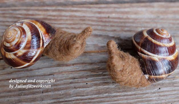 Zwei süße braune Filzschnecken mit echtem Schneckengehäuse, nadelgeflizt, Größe ca 5 cm Sie erhalten gleich zwei Stück!!! Farbe: braun, braunes Schneckenhaus lackiert Material: 100 % Schafwolle,...