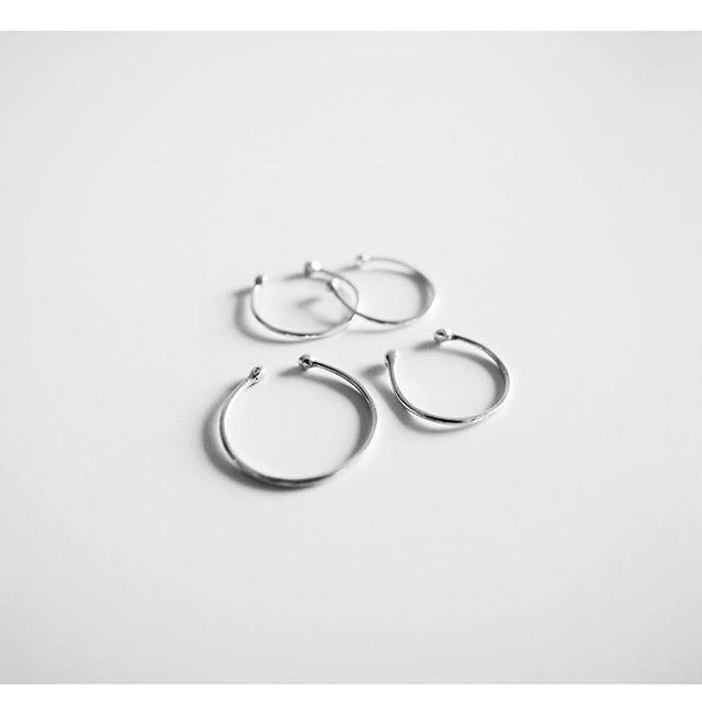 Cada anillo es realizado manualmente, uno por uno, así que no habrá ninguno exactamente igual. Los precios varían dependiendo de diferentes valores como la talla, material, grosor, ancho de banda y tiempo de trabajo. Realizado en Plata de Ley 925. | Anillos