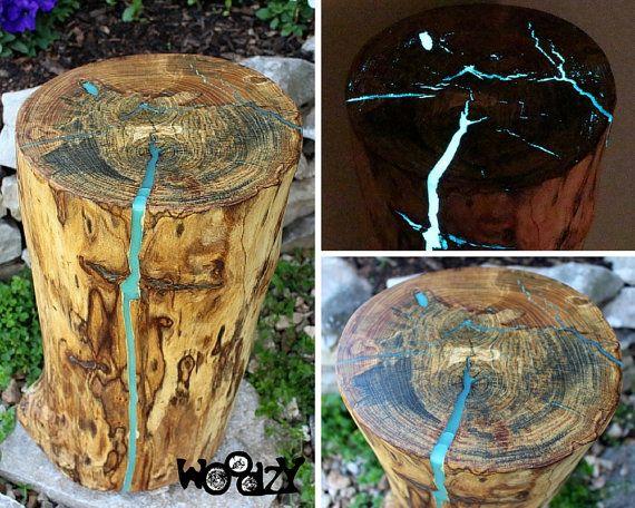 Diese aufgearbeiteten Holz stumpf-Tabelle wurde aus einer Ulme-Protokoll, das aus einem Haufen verbrennen gerettet wurde. Wir verwandeln weggeworfene Materialien in etwas, was Sie schätzen werden. Die Risse in der oben und seitlich waren mit Glow-in-the-Dark-Harz gefüllt, die getönte Aqua blau, so dass das Aussehen eines kleinen blauen Wasserfalls entlang der Seite ist. Es sieht genial, tagsüber und nachts. Es wäre einen markanten Akzent in Ihrem Wohnraum! Abmessungen: 20 und einem…