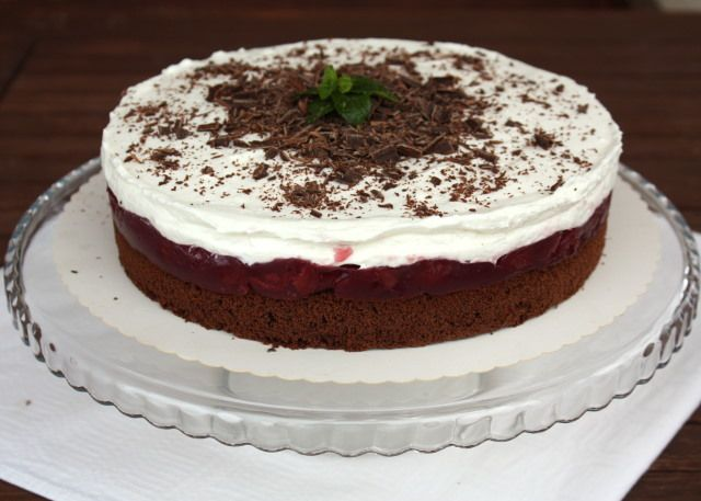 Recept s fotopostupom na osviežujúcu ovocno smotanovú tortu.