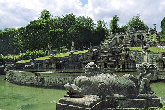 Gardens of the Château de Saint-Cloud (Hauts-de-Seine)To the west of Paris,the Château de Saint-Cloud , now destroyed,was a royal castle built on a site overlooking the Seine.All that remains today is the park of 460 hectares redesigned by André Le Nôtre.