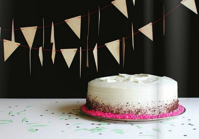 this is so simple, it's amazing and perfect. my birthday is in december... (hint hint): Homemade Banners, Foodgasm Sweet, Simple Cakes, Cakes Style, Cakes Decor, Cakes Ice, Cakes Yum, Modern Cakes, Cakes Frostings