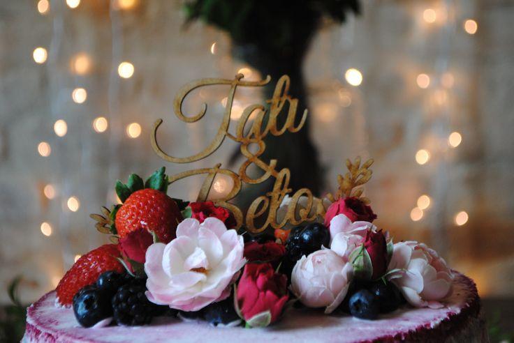 Topo de bolo rústico com o nome dos noivos em red velvet naked decorado com flores e frutas vermelhas em casamento romântico e rústico com toques de Marsala