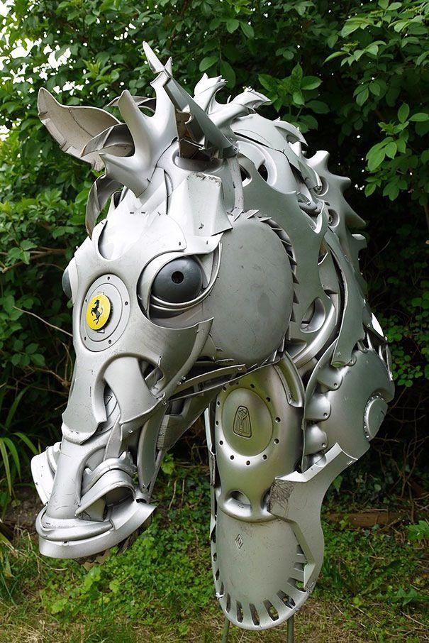 「Hubcap Creatures」はイギリスのアーティスト Ptolemy Elrington 氏による、もう使用されることのない古い自動車のホイールを保護・ドレスアップする目的で取り付けられる「ホイールカバー(ハブキャップ)」を...