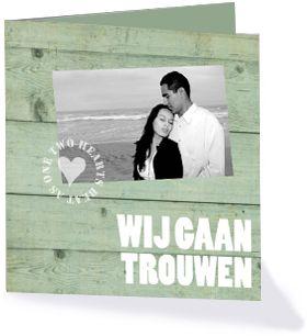 Trouwkaart met mintgroen hout en een eigen foto. Deze trouwkaart komt uit de collectie 'Lovely Wood' van Kaartopmaat.nl.