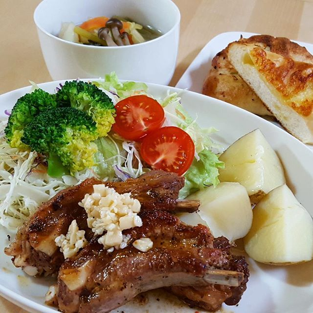 4月7日 晩御飯deリセット  スペアリブの黒胡椒にんにく焼き♪ 新じゃが♪ 野菜サラダ♪ 野菜のスープ♪ パン♪  今日は、スペアリブが安かった~❕ だから、ガッツリ肉と野菜Ψ( ̄∇ ̄)Ψ 美味しかったよ✌✨ #おうちごはん#うちごはん#晩ごはん#夜ごはん#家ごはん#夕ごはん#夕飯#夕食#いただきます#ごちそうさま#メニュー#献立#スペアリブ#野菜#サラダ#🍖#肉#ガッツリ#手作りごはん#料理#料理写真#手料理#写真#インスタ#instagram#kaumo#日々を楽しむ#日々の暮らし#暮らしを楽しむ#くらし
