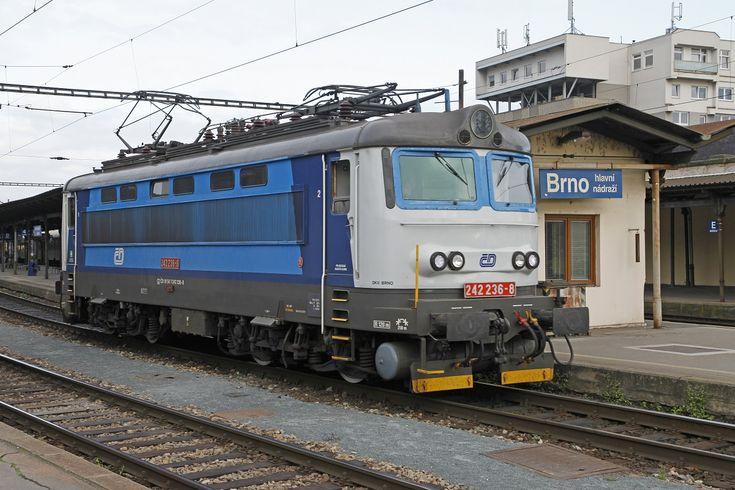 242 236 in Brno hl.n. am 23.10.2013.