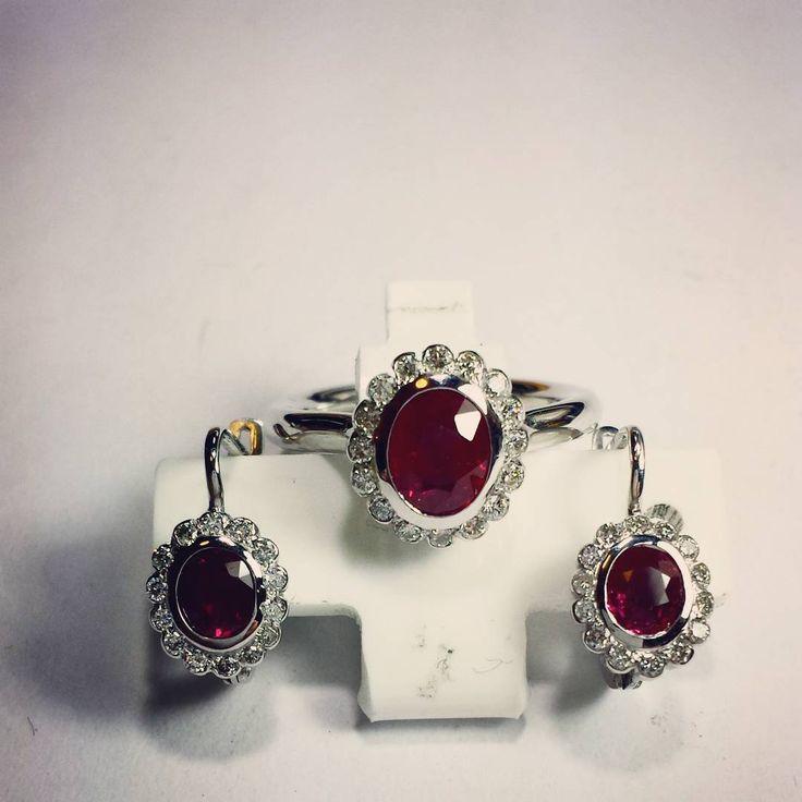 """""""Piękny zestaw w białym złocie prosto z naszej pracowni. Kolczyki i pierscionek w stylu vintage zostały ozdobione naturalnymi rubinami i diamentami.…"""""""