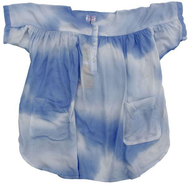 Morley - hemelsblauwe batik jurk - Zalig losvallende jurk in een fijne (ietwat doorzichtige) stof. Prachtig hemelsblauw met wit. Ronde halsuitsnijding, stropjes en knoopjes. Opgestikte zakken vooraan. Samenstelling: 100% viscose.