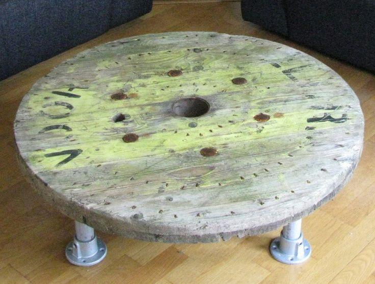 Houten salontafel van een oude kabelhaspel met poten van stellingbuizen   Salon tafel