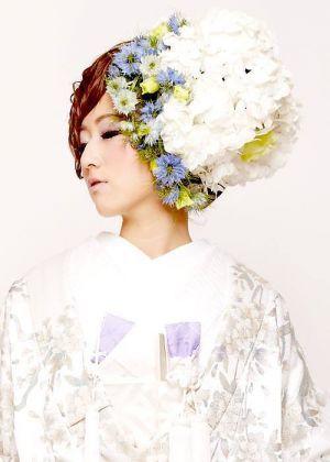 特大フラワーヘッドアクセを使ったアシンメトリーヘア☆ 白無垢に合う春らしい髪型まとめ。