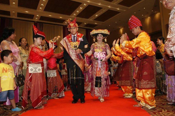 Dalam pernikahan adat di Indonesia, biasanya sepatu pengantin juga khas mengikuti adatnya. Namun di zaman now, terkadang keberadaan sepatu adat itu sangat sulit dibuat. Pernikahan adat pun menyesuaikan modernisasi dengan sepatu formal.
