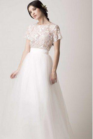 Este conjunto con la espalda descubierta:   36 vestidos de novia de dos piezas ultra glamorosos