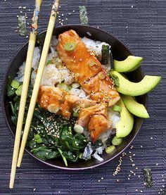 Saumon sauce teriyaki. Servi avec riz, épinards et avocat, assaisonné de feuilles de nori et graines de sésame grillées.