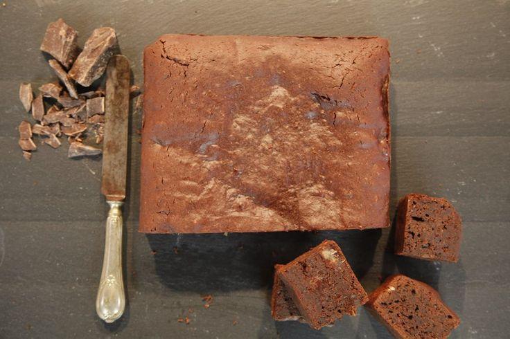 Hurmalı Brownie. Malzemeler: 310 gram %50 kakaolu bitter çikolata, 60 gram bitter çikolata (küp doğranmış), 170 gram tereyağı, 100 gram esmer şeker, 4 adet yumurta, 1 adet yumurta sarısı, 125 gram badem unu, 125 gram un, 25 gram kakao, 5 gram kabartma tozu, 3 yemek kaşığı kahve, 2 yemek kaşığı likör,4 adet küp doğranmış iri hurma. www.turkmaxgurme.com