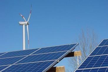 -alternatieve energie: energie dat uit de wind, stromend water en zon word gehaald. zo word meestal wind- en zonne-energie omgezet in elektrische energie. alternatieve energie belast het milieu ook niet.