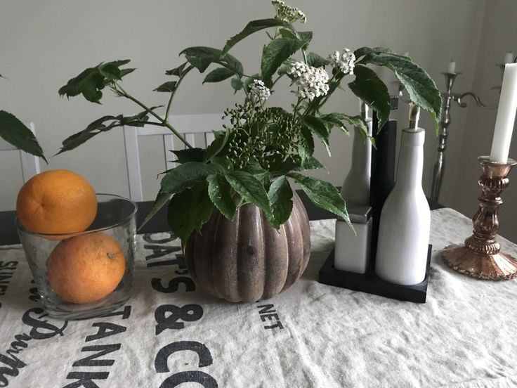 En enkel men ack så livfull bordsdekoration. Hittade de stora vaserna på citygross med 50% rea och grenarna bidrar svenska sommaren med. / Sofie