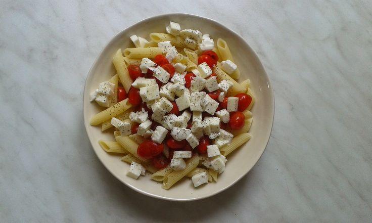 penne, rajčata, mozzarella, olivový olej a bazalka