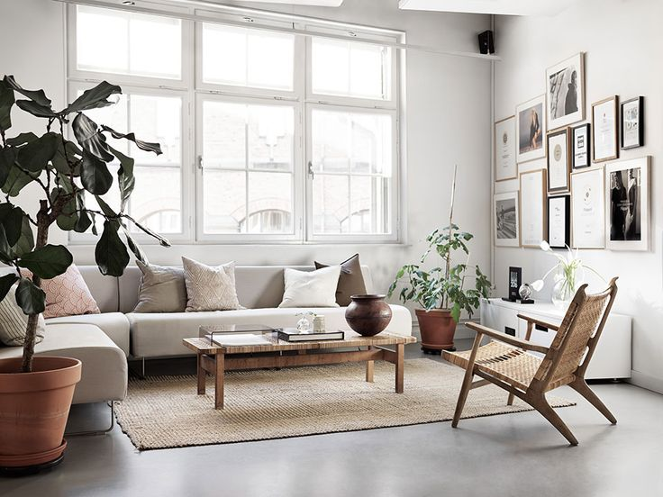 Fint med soffa framför fönster