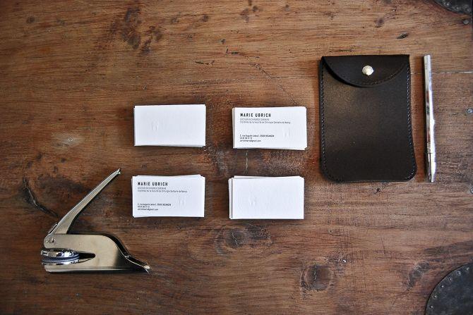 Conception graphique des cartes de visite pour un dentiste.   —pince à sec—gaufrage—cartes de visite—dentiste