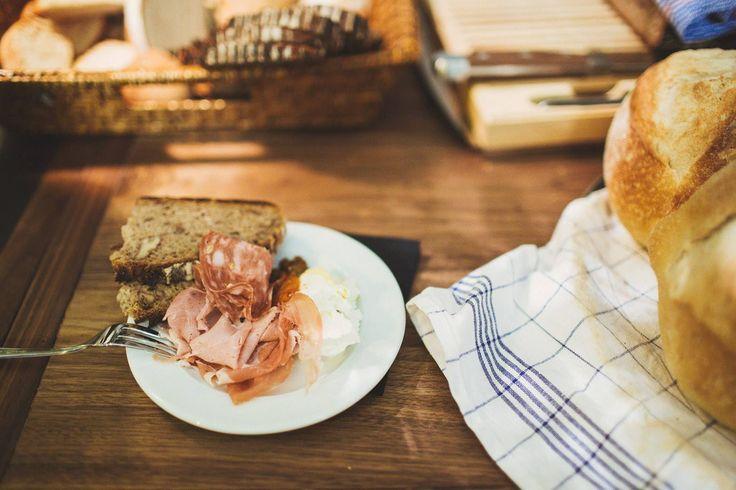 Slow-Food-Snacks zum Genießen! Wie wäre es mit feiner Fenchelsalami, herzhaften Kochschinken mit Kren oder frisch aufgeschnittenen Pata-Negra-Schinken. #typehype #foodie