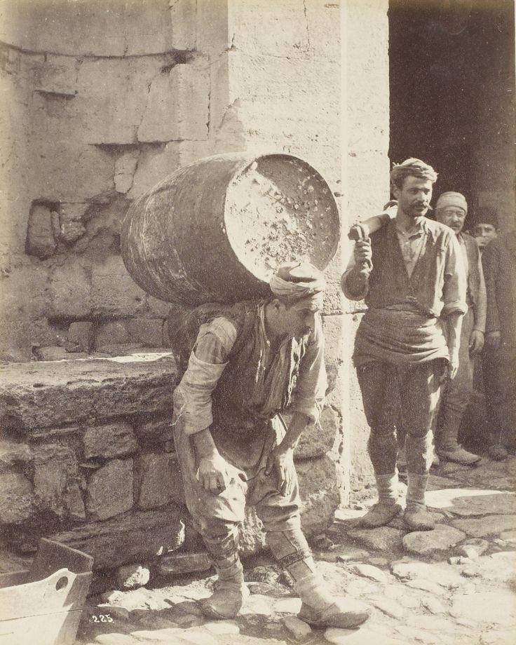 HAMAL (porter).  Istanbul, late 19th century. (Hamal Sébah & Joaillier Fotoğrafı).