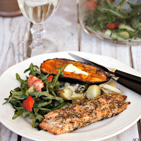 """Saftig laks med mye smak og deilig """"søtt"""" tilbehør. Tips om hvordan du kan lykkes med grillet laks, og """"pimpe"""" opp fisken og tilbehøret: lun potetsalat, søtpotet og jordbær..."""