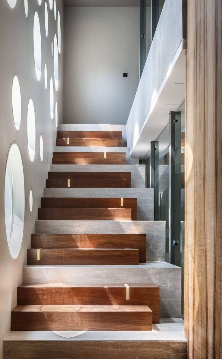 Escalier très original ,décalé et inserts de lumière AAK Villa par Moriq Interiors | HomeAdore