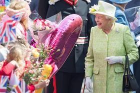 Koningin Elizabeth IIop 21 April vanjaar, haar 90ste verjaardag. Sy en prins Philip is buite Windsor-kasteel deur duisende koninklike bewonderaars met blomme, groot ballonne en baie Union Jacks begroet! Foto: Getty Images