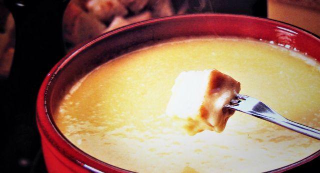 Käsefondueisst sich wunderbar mit Gästen. Es ist schnell und einfach im Thermomix zubereitet. Entspannung für Gastgeber und damit gemütliche