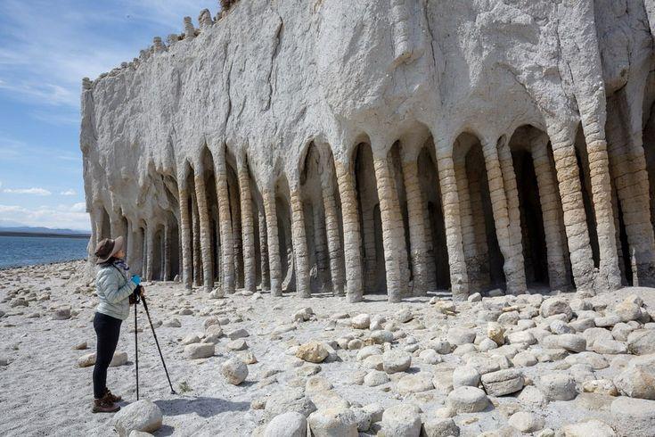 Загадочные каменные колонны озера Кроули, Калифорния, США  После того, как в верхнем течении реки Оуэнс в южном округе штата Калифорния (США) было завершено в 1941 году строительство водохранилища Озеро Кроули, вдоль восточного берега водоема были замечены странные образования в виде столбов.  Эти каменные колонны высотой до 6 метров, были связаны высокими арками, как шедевры древнего мавританского храма.