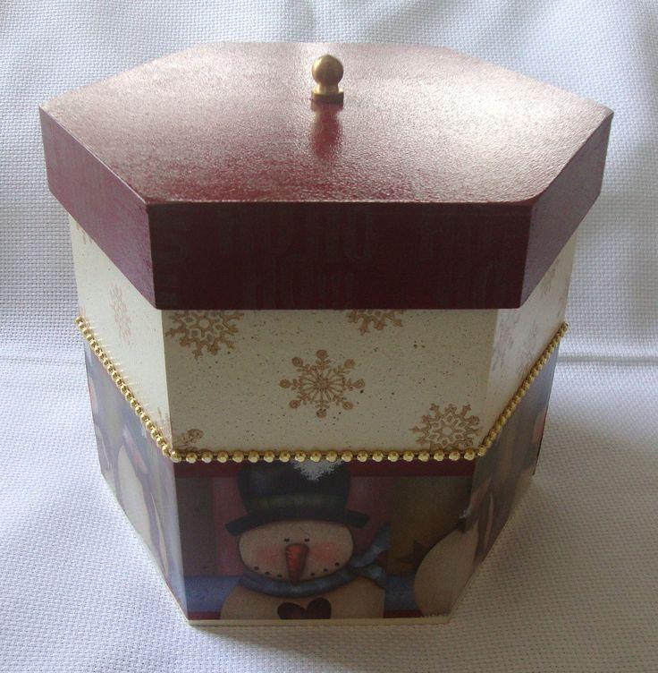 Porta Panetone em MDF com decoupage e acabamento com strass dourado.  Linda peça pra decorar a mesa no Natal!    * Comporta um panetone de 500 g.