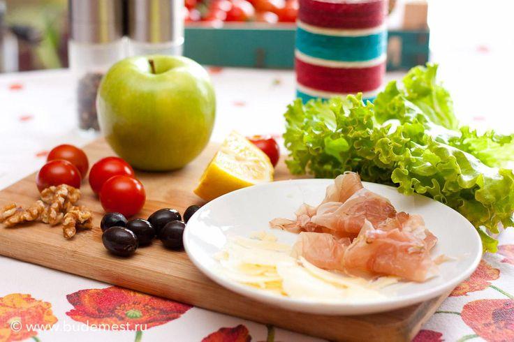 Ингредиенты для салата с зеленым яблоком, твердым сыром и шпеком