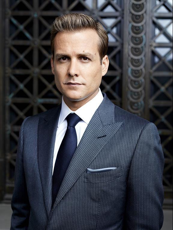 [TOM FORD] ドラマ『スーツ』で敏腕弁護士ハーヴィー・スペクター(ガブリエル・マクト)が着るネイビーのストライプ・スーツ   Tailored