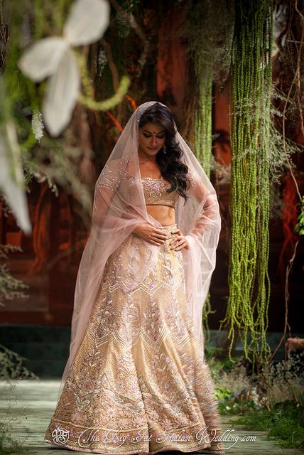Beautiful cream and gold combo!! With this look, nothing could stop you from feeling like a princess on your big day :)