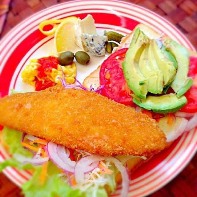 今日もてんこ盛り挟めるか?! いつもより大きな白身魚のフライで思わず手が伸びちゃった お天気暖かい日は忙しいぞ - 60件のもぐもぐ - Fish fry sandwichフィッシュフライサンド by Ami