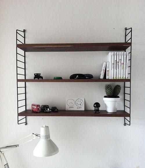 Stringhylla ovanför skrivbord