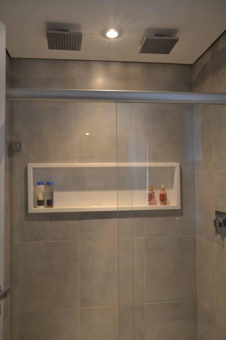 Embutir o espaço para cosméticos ajuda a ampliar o espaço dentro do box, especialmente para os homens por serem maiores. Apartamentos pequenos - Casa Claudia
